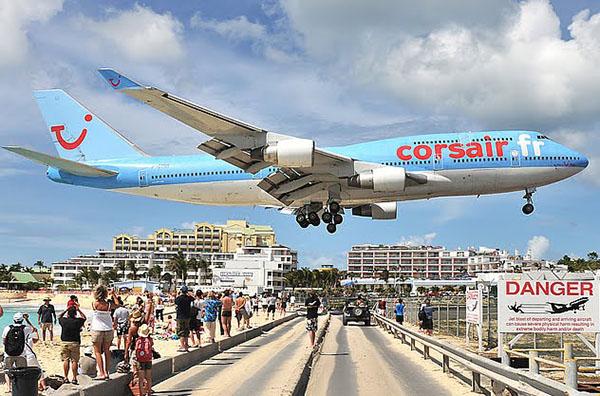 Между пляжем и забором аэропорта - узкая дорога. Светофора нет. Водители останавливаются и ждут, когда самолет сядет или взлетит. Фото: blogspot.com
