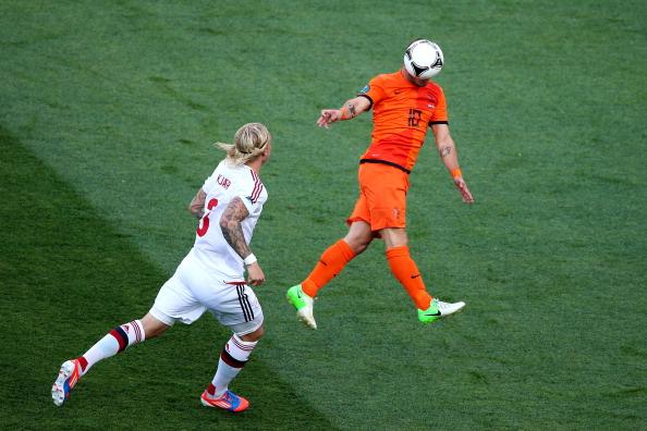 Голландський футболіст Уеслі Снейдер відбиває м'яч головою у матчі між Нідерландами та Данією 9 червня в Харкові. Фото: Julian Finney/Getty Images