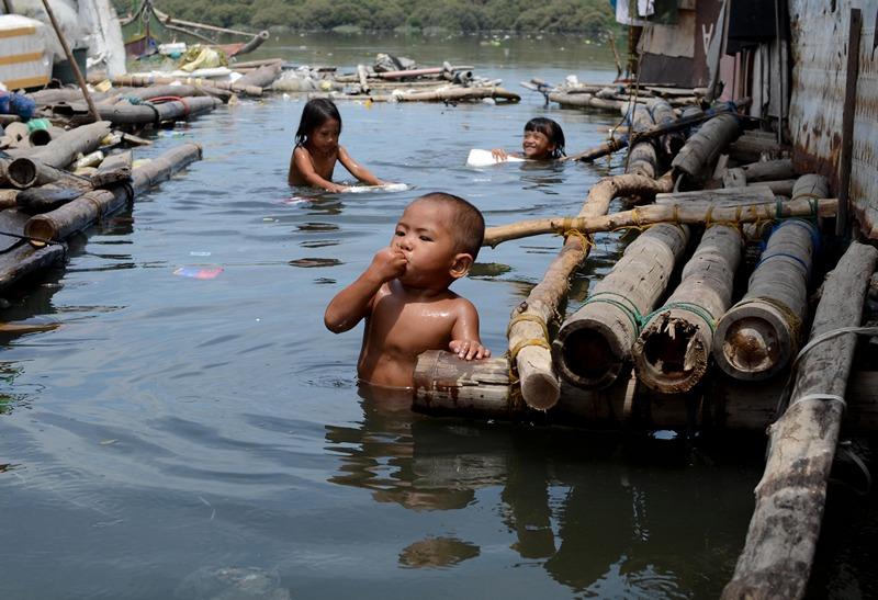 Маніла, Філіппіни, 23 липня. Діти купаються в забруднених водах затоки. За даними Грінпіс, скидання промислових відходів перетворило воду затоки в «огидний коктейль». Фото: Dondi Tawatao/Getty Images