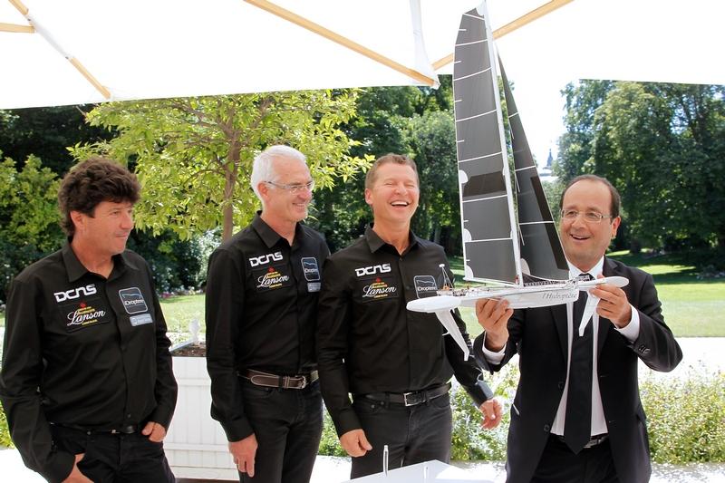 Париж, Франція, 23 липня. Франсуа Олланд тримає модель літаючого тримарана «Гідроптер». На 24-метровому кораблі яхтсмени збираються з рекордним часом подолати 6 тис. км між Лос-Анджелесом і Гонолулу. Фото: JOHNS CHULTS/AFP/GettyImages