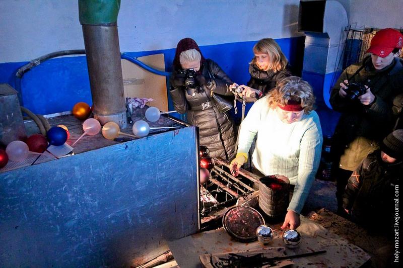 Игрушки опускают в ёмкость с аммиачной краской и ставят в сушилку-конвейер. Запах стоит резкий, больше 2—3 минут не выдержать. Но персонал привык, работают ежедневно по 8 часов без средств защиты. Фото: holy-mozart.livejournal.com