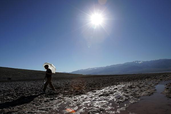 Безжизненность Долины Смерти зачаровывает, и человек выглядит бессильным и беззащитным в покорении этой дикой природы. Фото: David McNew/Getty Images