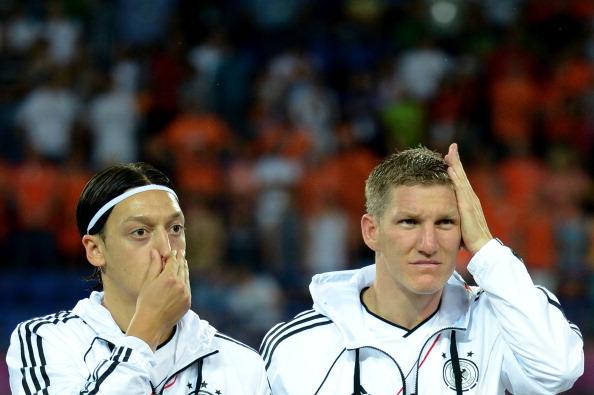 Месут Озіл (ліворуч) і Бастіан Швайнштайгер з Німеччини перед матчем між Нідерландами та Німеччиною 13 червня 2012 року у Харкові. Фото: Lars Baron/Getty Images