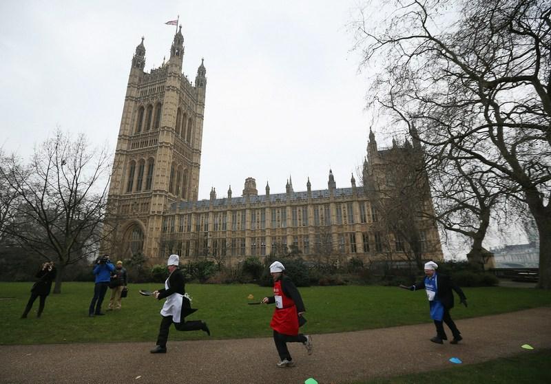 Лондон, Англия, 12 февраля. Политики и журналисты соревнуются во время 16-го «Блинного забега парламентариев». Фото: Dan Kitwood/Getty Images