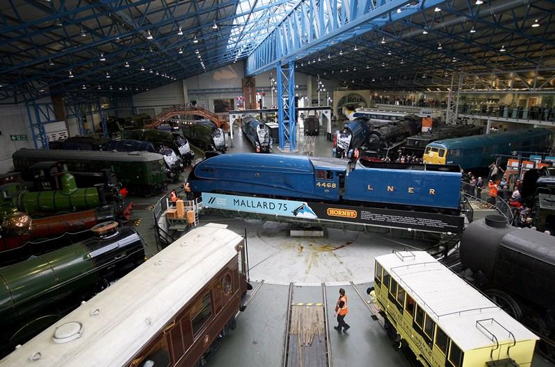 Йорк, Англия, 3 июля. В Национальном железнодорожном музее отмечается 75-летие мирового рекорда скорости среди паровых локомотивов, установленного паровозом Mallard. Фото: Kippa Matthews/National Railway Museum via Getty Images