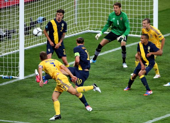 Андрей Шевченко (Украина) забивает в ворота Швеции, 11июня, Киев. Фото: Martin Rose/Getty Images