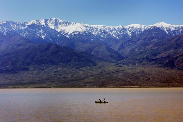 Безжиттєвість Долини Смерті зачаровує, і людина виглядає неспроможною та беззахисною у підкоренні цієї дикої природи. Фото: David McNew/Getty Images