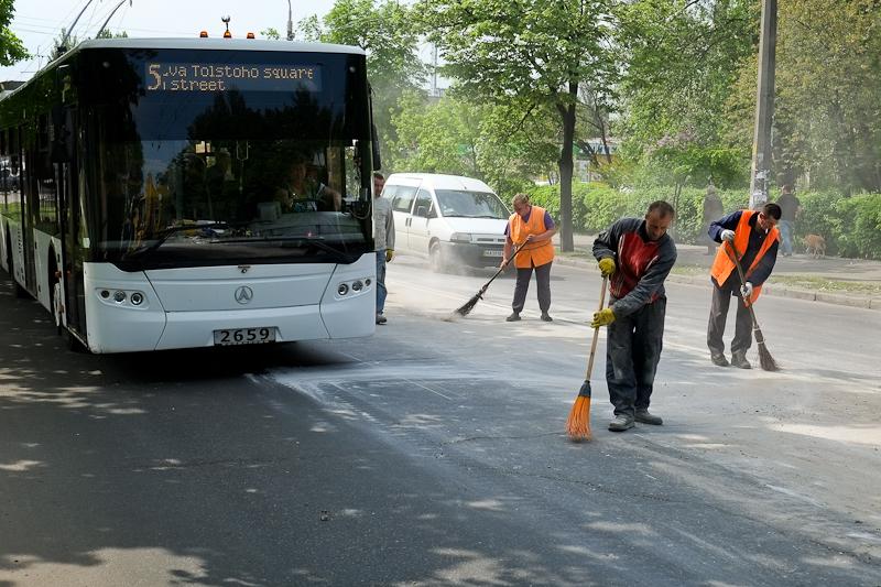 Куча строительного мусора высыпалась на дорогу в Киеве. Фото: Великая Эпоха