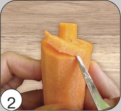 Обработать тайским ножом заготовку по кругу, придав толстому концу шишки округлую форму и подготовив площадку для вырезания первого ряда чешуек.