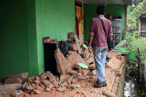 Індонезієць оглядає пошкодження будинку в результаті 6,2-бального землетрусу в Кендарі. Лихо сталося раніше, 25 квітня 2011 року, на індонезійському острові Сулавесі. Фото: STR /Getty Images