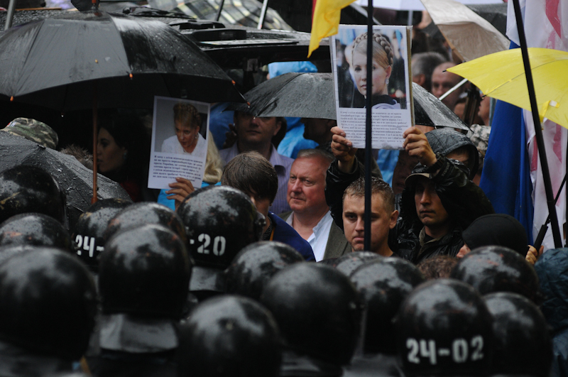 Під ВР зібралися мітингувальники з приводу мовного законопроекту. Фото: Володимир Бородін/EpochTimes.com.ua