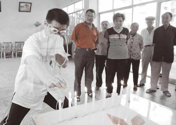 Чжан Цзюю глазом тушит свечи. Фото с epochtimes.com