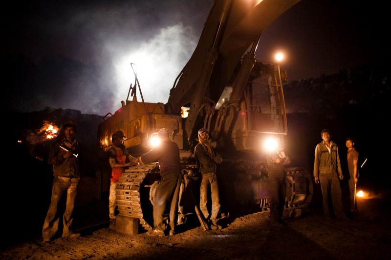 Робітники лагодять зламаний екскаватор. Фото: Daniel Berehulak/Getty Images