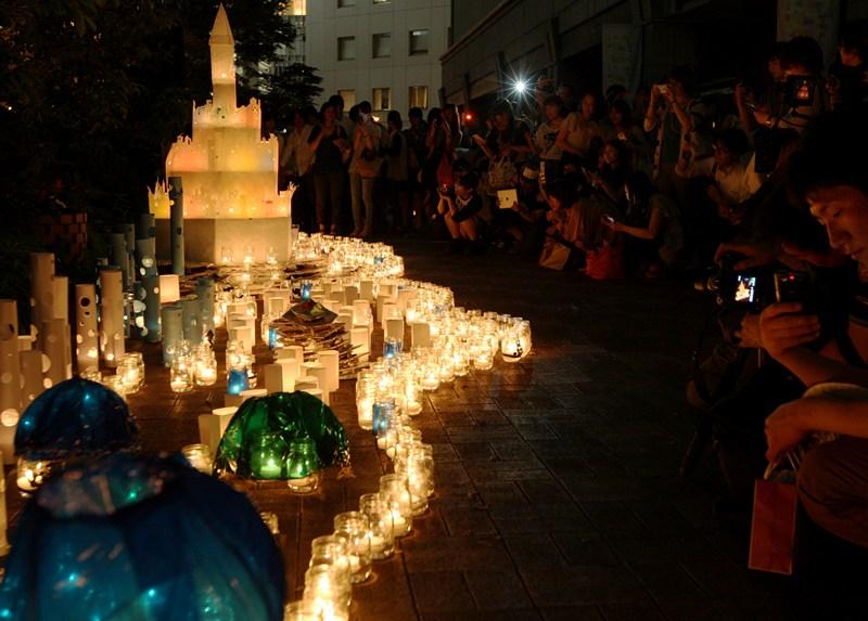 Осака, Япония, 12 июня. Пламя свечей освещает город во время проведения «Ночи свечей в Осаке». Фото: Buddhika Weerasinghe/Getty Images