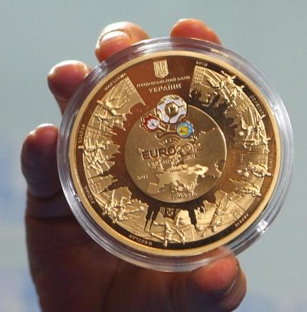 Золотая памятная монета. Фото: STR/AFP/Getty Images