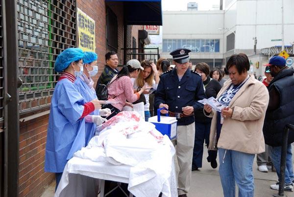 Инсценировка извлечения органов у живых людей, практикующих Фалуньгун. Фото: The Epoch Times