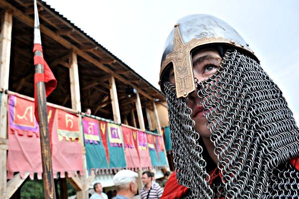 Рыцарь в доспехах на фестивале «Былины древнего Киева» в парке Киевская Русь 28 августа 2010 года. Фото: Владимир Бородин/The Epoch Times