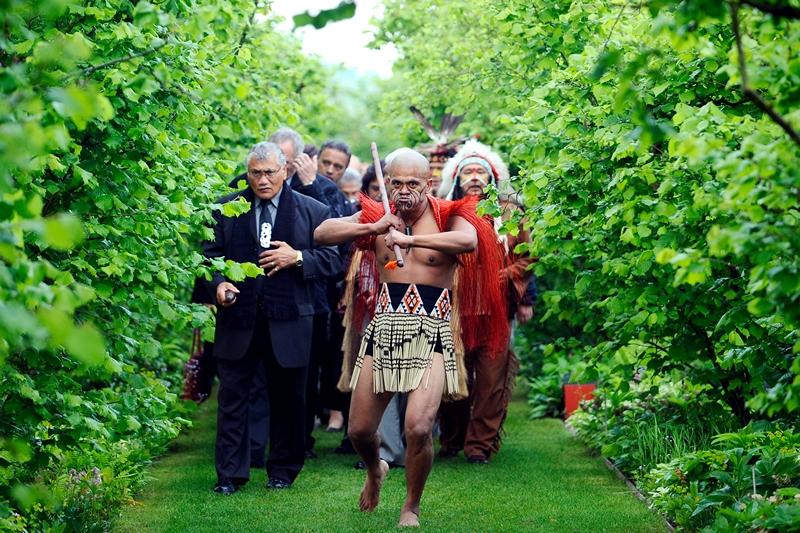 Муніципалітет Лакнексі, північ Франції, 30 травня. Делегація народу маорі прибула на відкриття «Te Putake» — першого саду за межами Нової Зеландії, присвяченого культурі маорі. Фото: JEAN-CHRISTOPHE VERHAEGEN/AFP/Getty Images