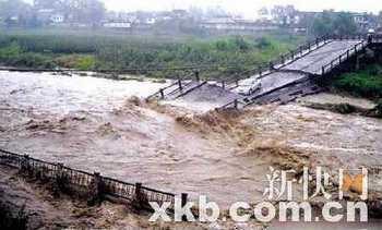 Наводнение разрушило мост через реку Лаодинцзян. Провинция Сычуань. Август 2010 год. Фото с epochtimes.com