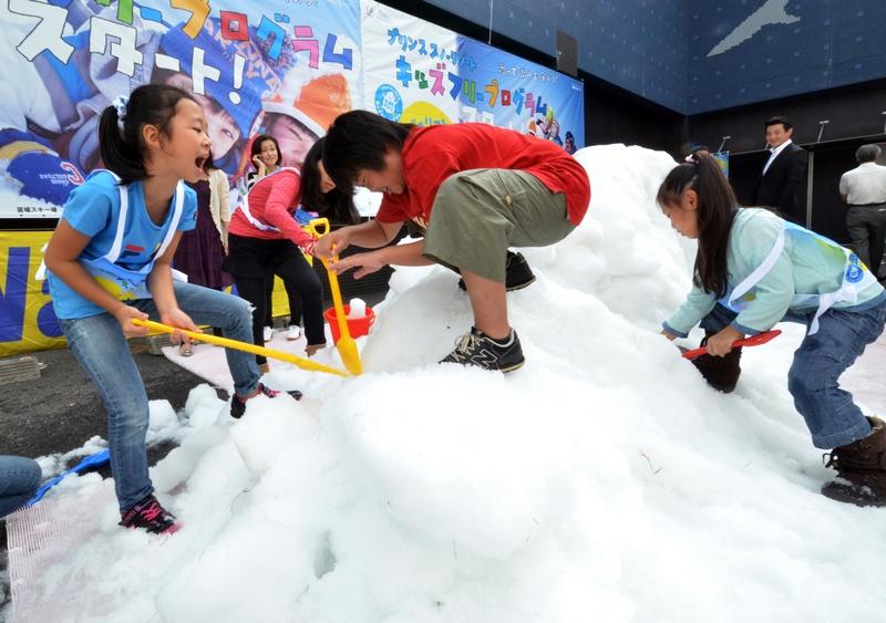 Токио, Япония, 6 октября. К началу осенних каникул в один из отелей города завезли 25 тонн искусственного снега на радость местной детворе. Фото: YOSHIKAZU TSUNO/AFP/GettyImages