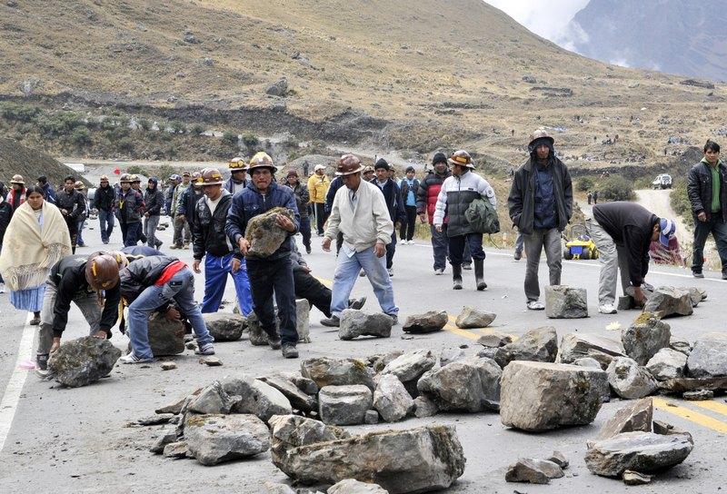 Пригород Ла-Пас, Боливия, 25 сентября. Шахтёры перегородили камнями ведущее к столице шоссе, требуя от правительства передать им право на разработку местного месторождения олова. Фото: AIZAR RALDES/AFP/GettyImages