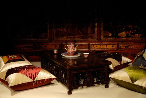 Маленький чайный столик – канцзи. Начало 19 ст. красное дерево, лак, воск. Маленькие чайные столики были неотъемлемой частью китайского жилища. Они ставились на кровать или диван и на них опирались локтем при лежании, а также ставили разные предметы в про