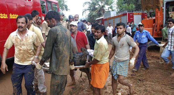Разбился пассажирский самолет в Индии: спасатели на месте катастрофы. Фото: STR/AFP/Getty Images