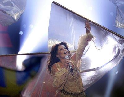 Шведская исполнительница Carola с песней *Invicible*. фото: ARIS MESSINIS/AFP/Getty Images