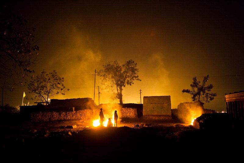 Собранный уголь используется для обогрева. Фото: Daniel Berehulak/Getty Images
