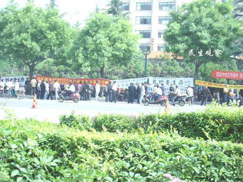 Учителя провинции Шэнси требуют от правительства условий для существования. Фото с epochtimes.com