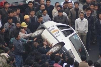 Народный протест против запрета на мопеды. Китай. Провинция Хунань. Ноябрь 2010 год. Фото с epochtimes.com