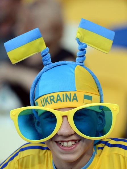 Український фан у величезних окулярах перед матчем Україна — Швеція 11 червня 2012 року у Києві. Фото: Damien MEYER/AFP/GettyImages