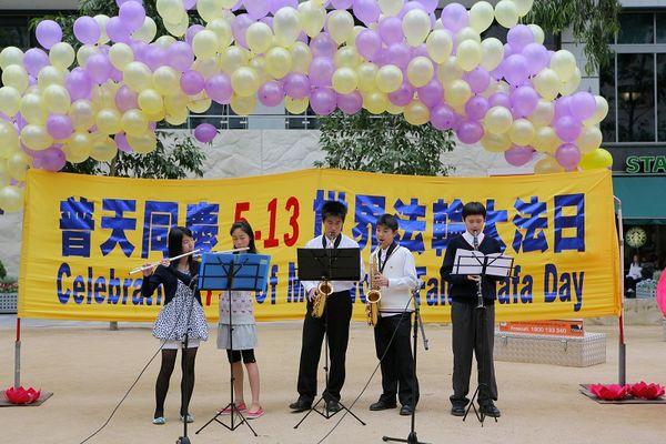 Виступ юних послідовників Фалуньгун. Фото: Чен Мін/ The Epoch Times