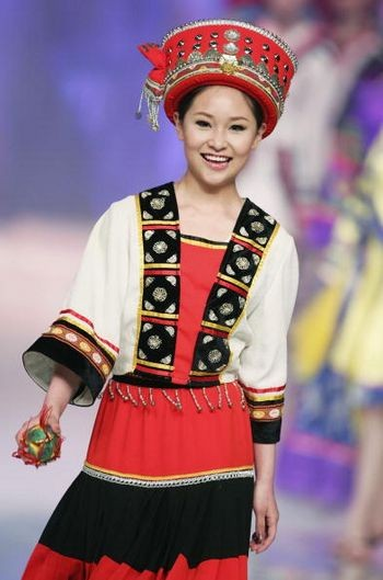 Модель в китайском национальном костюме во время показа мод. Пекин, 31 марта 2005 г. Фото: Getty Images