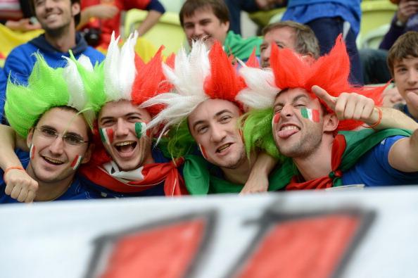 Итальянские фаны позируют перед фотокамерами в матче Испании против Италии 10 июня 2012 года, Польша. Фото: CHRISTOF Stache/AFP/GettyImages