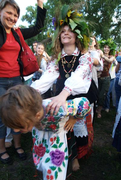 Забавы на поляне во время празднования Ивана Купала. Фото: Владимир Бородин/The Epoch Times
