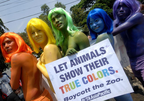 Активисты защиты животных из организации PETA раскрасились в разные цвета и проводят митинг возле зоопарка в Маниле, Филиппины. Фото: JAY DIRECTO/AFP/Getty Images