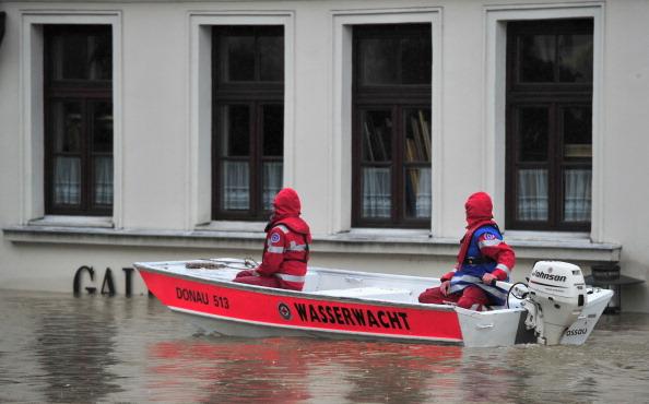 Рятувальники у човні пливуть містом Пассау, Німеччина. Фото: Lennart Preiss/Getty Images