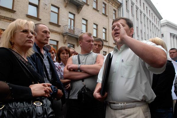 Директор Лесного рынка вернулся к митингующим после визита в Секретариат Президента. Фото: Владимир Бородин/The Epoch Times