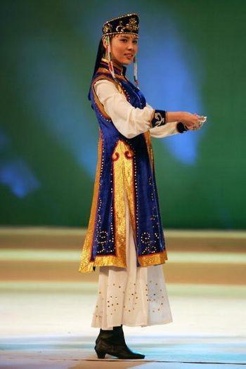 Модель в китайском национальном костюме. Пекин, 10 марта 2005 г. Фото: Getty Images