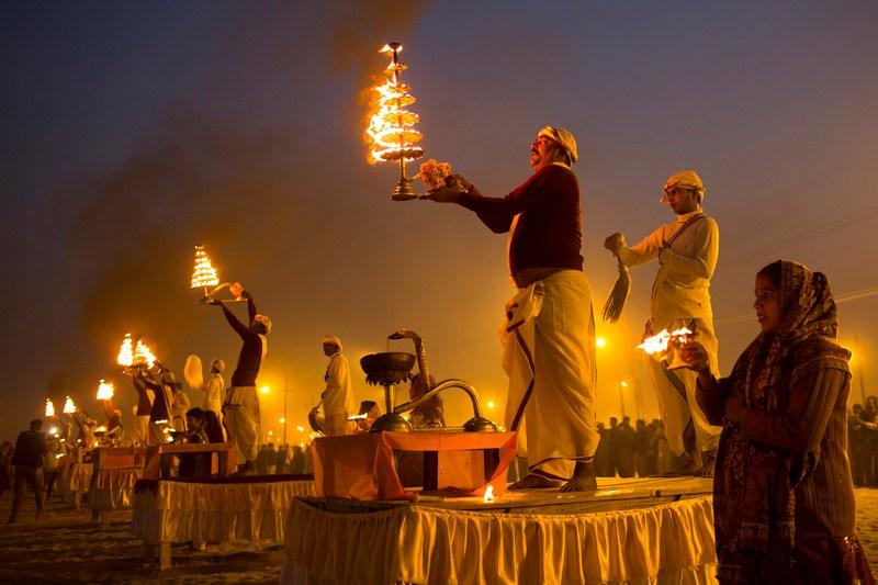 Аллахабад, Индия, 15 января. Индусы совершают обряд на берегу реки Ганг во время праздника Маха Кумбха-мела («Большой праздник кувшинов»), который проводится каждые 12 лет. Фото: Daniel Berehulak/Getty Images
