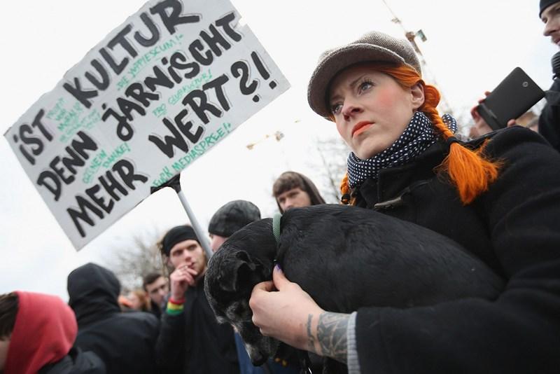Сотні німців простують проти знесення залишків Берлінської стіни. Фото: Sean Gallup/Getty Images