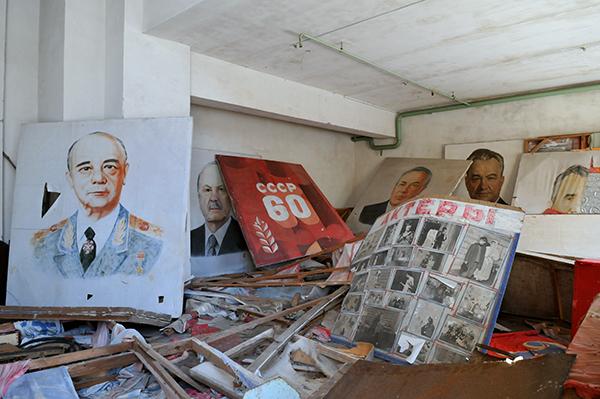Плакаты с советскими героями раскиданы в комнате одного из зданий в Припяти. Фото: Владимир Бородин/The Epoch Times