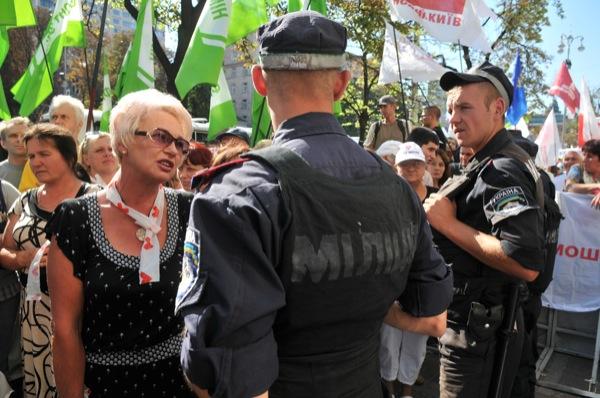 Митинг против ареста Юлии Тимошенко проходит 8 августа в Киеве на улице Хрещатик возле здания Печерского районного суда. Фото: Владимир Бородин/The Epoch Times Украина