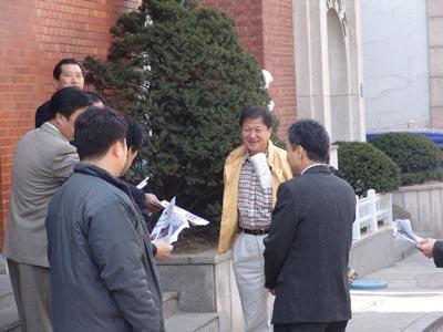 Разговор о ситуации в Китае. Фото: Цзинь Гохуань The Epoch Times