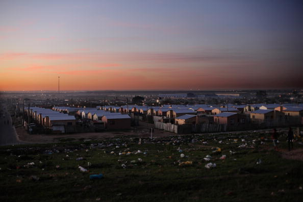 Життя в одному з найстаріших південноафриканських міст - Нью-Брайтоні. Фоторепортаж. Фото: Dan Kitwood / Getty Images