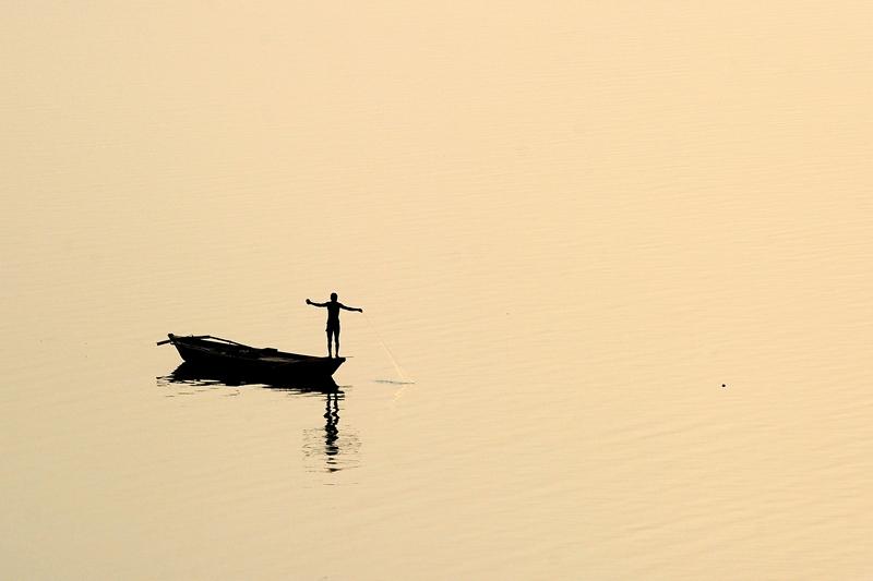 Аллахабад, Індія, 26 квітня. Рибалка закидає сіті у води річки Ямуна. Фото: Sanjay Kanojia/AFP/Getty Images