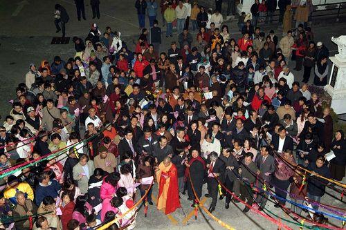 Рано утром в храме города Гаосюн (Тайвань) монахи и люди били в колокол, молясь о счастье и встречая год Крысы. Фото: Центральное агентство новостей