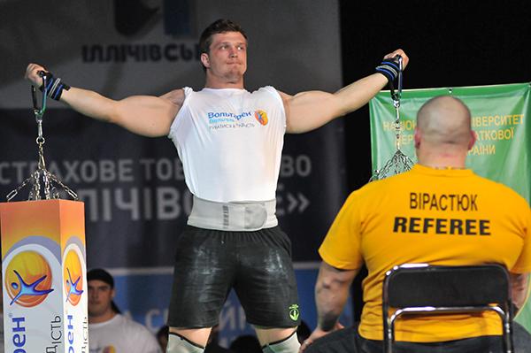 Выступление стронгмэнов на Олимпиаде боевых искусств в Киеве 12 марта 2011 года. Фото: Владимир Бородин/The Epoch Times Украина