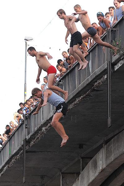 Десантники прыгают в воду с моста в Гидропарке во время празднования 80-й годовщины ВДВ в Киеве 2 августа 2010 года. Фото: Владимир Бородин/The Epoch Times